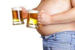Пивной алкоголизм Вопреки распространенному мнению, пивной алкоголизм является одной из сложнейших форм зависимостей. На сегодняшний день сложилась такая ситуация, что потребление пива считается нормой. Особую обеспокоенность такая ситуация вызывает в связи с тем, что значительно увеличилось количество потребляемого пива подрастающим поколением. Пивной алкоголизм не только сложно поддается лечению, но и формируется коварным образом, ведь человек и окружающие практически не замечают фатальных последствий. Международная классификация заболеваний не предусматривает такой термина как пивной алкоголизм. Между тем, специалисты в области наркологии отдельно выделяют эту форму зависимости. Немногим известно, что на фоне приема нескольких бутылок пива в день возможно более устойчивое развитие алкогольной зависимости.